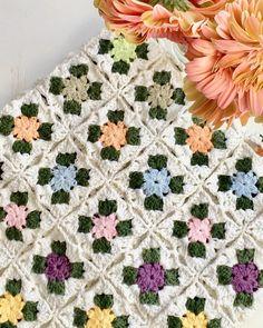 """Semra Ekşi on Instagram: """"Günaydın 🙋♀️Bahar havası ve #bahar bataniyemle, mutlu bir hafta sonu dilerim🍀🌸 * * * * #örgü #handmade #örgümodelleri #tığişi #elişi…"""" Crotchet Blanket, Baby Afghan Crochet, Manta Crochet, Afghan Crochet Patterns, Crochet Squares, Beginner Knitting Patterns, Knitting For Beginners, Baby Granny Square Blanket, Love Crochet"""