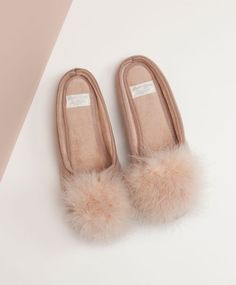 Pés quentinhos com Oysho — Shoe Committee Pajamas All Day, Cute Pajamas, Gigi Hadid Outfits, Cute Slippers, Mein Style, Classic Style Women, Sock Shoes, Things To Buy, Nightwear