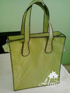 Bolso-Cartera grande, doble capa, cierre superior y fuelle. Cuerina verde pistacho.
