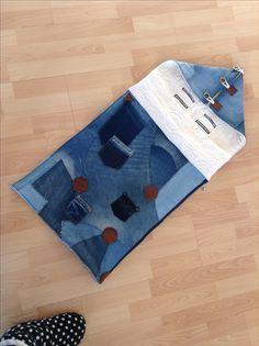 Maxicosizak van oude jeans, rits aan de zijkant. Ook gemakkelijk in kinder/wandelwagen # jeans # handmade #recycle