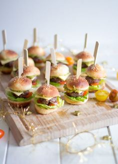 The perfect party snack! Mini burger - The perfect party snack! Mini burger (with Telekom sports package) The perfect party snack! Party Finger Foods, Snacks Für Party, Mini Hamburgers, Homemade Burgers, Catering Food, Appetisers, Food Humor, High Tea, Appetizer Recipes