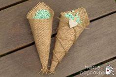 así quedan los conos de arpillera rellenos con arroz teñido, y así podéis decorarlos vosotras