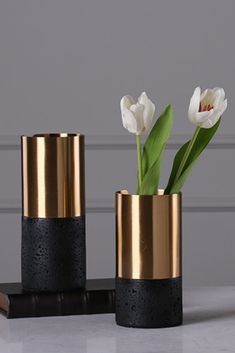 Flower Vase Making, Flower Vases, House Plants Decor, Plant Decor, Plastic Bottle Flowers, Flower Pot Design, Vase Crafts, Glass Centerpieces, Gold Vases