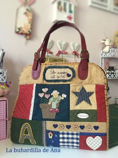 Bolso Patchwork countri aplicación Patchwork Bags, Quilted Bag, Cute N Country, Fabric Bags, Patch Quilt, Paper Dolls, Appliques, Diaper Bag, Diy And Crafts