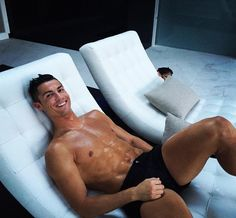 """Cristiano Ronaldo """"Relaxing time! Guess who's peeking⁉️"""""""