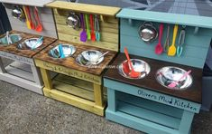 Such style and designing of the pallet wood kid's mud kitchen seems elegant and showing out the best use of recycled wooden pallet boards for a useful craft. We have crafted something outstanding but small in size that has two food bowl and a headboard with hanging hooks on it.