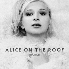 """http://polyprisma.de/wp-content/uploads/2016/03/Alice_On_The_Roof_Higher-1024x1024.jpg Auf dem heißen Blechdach - das Debüt von Alice On The Roof http://polyprisma.de/2016/auf-dem-heissen-blechdach-das-debuet-von-alice-on-the-roof/ Unter ihrem Künstlernamen Alice On The Roof veröffentlicht die Singer/Songwriterin Alice Dutoit, die bei der Casting-Show """"The Voice Belgique"""" das Halbfinale erreichte, atmosphärischen Gänsehaut-Pop, der ihr nicht nur gleich mit der De"""