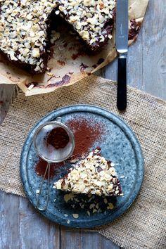 I min ungdom bagte jeg meget tit denne chokoladekage, som blev døbt kongekagen af mine veninder. Der er egentlig ikke noget specielt ved kagen og den er super nem at lave, men alligevel er den uimodståelig god og helt klart min favorit blandt chokoladekager. Det er efterhånden sjældent at jeg bager den, men for nylig …