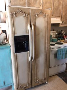 Annie sloan chalk paint on the fridge Redo Furniture, Painted Furniture, Refinishing Furniture, Farmhouse Furniture, Furniture Rehab, Furniture Makeover, Painted Fridge, Shabby Chic Kitchen, Refrigerator Makeover