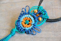 MACRAME OWL TUTORIAL This lovely, simple pattern is a step by step tutorial completed with detailed pictures and text Italian/ English. I like to inspire ..... the pattern is the base ...... the choice of colors is yours. You can enrich your owls with beads, and you can use this