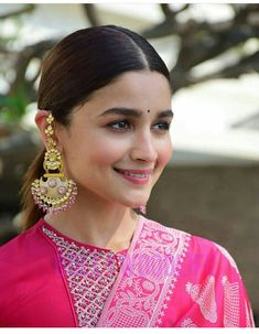 Alia Bhatt is currently the ruling lady of Bollywood . Bollywood Actress Hot Photos, Beautiful Bollywood Actress, Beautiful Indian Actress, Bollywood Fashion, Bollywood Jewelry, Bollywood Stars, Indian Celebrities, Bollywood Celebrities, Alia Bhatt Photoshoot