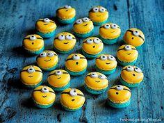 Vanilkové makronky (Mimoni) - Vanilla macarons (Minions) www.peknevypecenyblog.cz Minions, Macaroons, Mini Cupcakes, Food And Drink, Lunch, Baking, Creative, Recipes, Vanilla Macarons