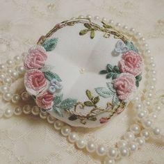 #pincushion #handstitched #howlovely #dmc #embroideryhoop #stitching #handcraft #needlework #embroiderylicious #embroidery #핀쿠션 #린넨 #장미자수 #프랑스자수 #도안작업 #한손에