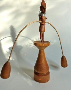 Houten Afrikaanse vrouw als evenwichtbeeld. Handgesneden beeld.