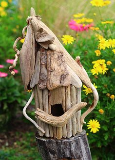 Simple tutorial will show you how to make a whimsical driftwood birdhouse for indoor or outdoor use. Add charm and character to your garden with a whimsical driftwood birdhouse you make yourself. Driftwood Projects, Driftwood Art, Driftwood Ideas, Driftwood Furniture, Bird House Kits, Garden Theme, Beach Crafts, Nature Crafts, Art Nature