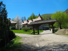Manastirea Prislop Cabin, Mansions, House Styles, Home Decor, Mansion Houses, Homemade Home Decor, Cabins, Villas, Luxury Houses