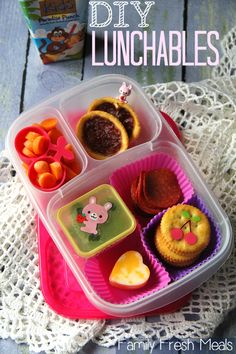 This DIY Lunchables has Turkey pepperoni, crackers, cheese, black olives {in the mini dipper container} carrots and 2 cookies for dessert. Easy Lunch Boxes, Lunch Box Recipes, Lunch Snacks, Lunchbox Ideas, Kid Lunches, Bento Lunchbox, Healthy School Lunches, Healthy Snacks, Toddler Meals
