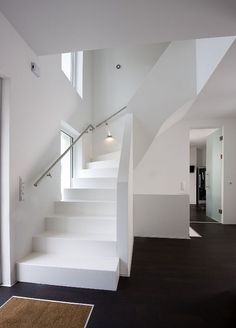 Clean and noble, this hallway looks like a Heinz von Heiden-Haus. White walls and white stairs are a White Stairs, White Walls, Escalier Design, Cool Tree Houses, Modern Stairs, Cool Curtains, House Stairs, Attic Rooms, House Entrance