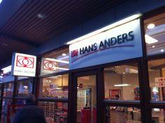 Hans Anders heeft een eigentijdse stijl die ze doorvoeren in de gevelreclame. Transparant zijn de ramen van Hans Anders, maar daarnaast vallen de teksten op de gevel goed op. Dit komt door de witte achtergrond. Hans Anders communiceert goed naar buiten en is zeer herkenbaar.