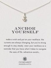 Collar: ancla. Pide un deseo y ponlo en el collar. Las corrientes siempre están cambiando. Pero eres lo suficientemente fuerte como para permanecer estable. Usa tu collar como un recordatorio de que tienes lo que se necesita para navegar en los océanos de la vida. La aventura espera.