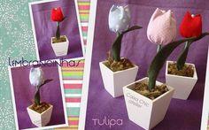 Mini vasinho em madeira pintado de branco e com tulipa em tecido.    * Pedido mínimo de 5 unidades    Medidas do cachepô:  5x5x5cm R$ 6,00