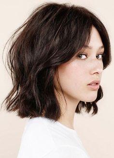 Media melena ligeramente ondulada en los medios y con puntas rectas. | Messy bob haircut