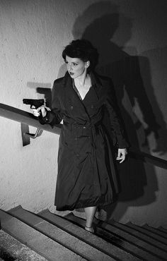 z- Woman w Gun on Stairs (Film Noir ) Aesthetic Women, Aesthetic Black, Aesthetic Fashion, Aesthetic Art, Detective Aesthetic, Pulp, The Villain, Classic Films, Old Movies
