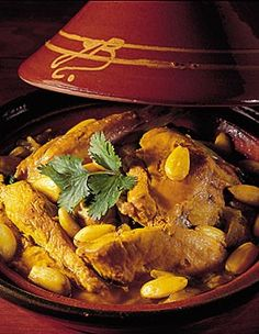 Chicken Tagine with almonds for 4 people – Recipes Elle à Table – Elle à … - RECiPE Tagine Cooking, Clean Eating Recipes, Cooking Recipes, Morrocan Food, Middle East Food, Algerian Recipes, Tagine Recipes, Slow Food, Mediterranean Recipes