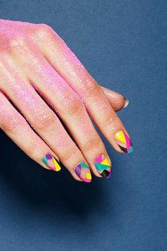 #GEMINIS implica la dualidad en todo, por lo que eso debes de reflejarlo en tus uñas aplicando dos colores con dos figuras geométricas. Tus colores amarillo, morado y verde.