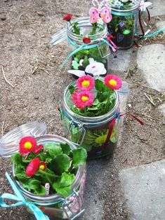 Ein Einmachglas mit allem, was einem in den Sinn kommt… Sweet idea: fairy glasses. A preserving jar with everything that comes to mind, wrap around and plant a flower. With so much beauty you do not even need a green thumb. Pot Mason, Mason Jar Gifts, Mason Jars, Summer Crafts, Diy And Crafts, Handprint Butterfly, Diy Cadeau Noel, Tout Rose, Deco Floral