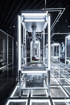 Nike House of Innovation / WS In-store installations by COORDINATION ASIA #nike #retail #retaildesign #installations #houseofinnovation #coordinationasia #cooasia Shoe Display, Window Display Retail, Retail Displays, Window Displays, Retail Store Design, Retail Stores, Pop Up Stores, Retail Fixtures, Sports Shops