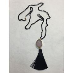 Κολιέ με μαύρες χάντρες ,τυρκουάζ αχάτη (ημιπολύτιμη πέτρα) και μία μαύρη…