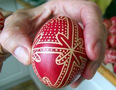 Tegnap a Gyimesben jártam – Budaörsön, Tankó Anna népművésznél Ukrainian Easter Eggs, Egg Decorating, Snowflakes, Gallery Wall, Crafty, Holiday Decor, How To Make, Diy, Haha