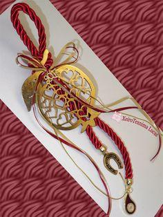 Γούρια 2017 με μεγάλο κι εντυπωσιακό ρόδι, δεμένο σε χοντρό στριφτό κορδόνι, και διακοσμημένο με κορδέλες και μεταλλικά στοιχεία Christmas Projects, Decor Crafts, Diy And Crafts, Christmas Crafts, Christmas Decorations, All Things Christmas, Christmas Time, Lucky Charm, Pomegranate