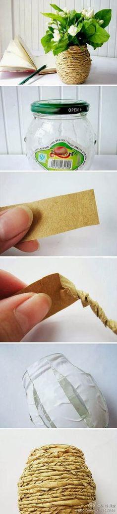 Reciclando potes vidros e papel , um vasinho fofo ou um porta trecos. Podemos usar papel de embrulho/pardo, saquinho de pão, revista velh...