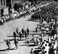 Japanse soldaten marcheren door Batavia na de capitulatie van de Nederlands-Indie