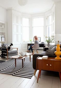 3 living rooms I love and why - Hege in France Love the architecture and the light coming in. Also rug. 3 Living Rooms, Apartment Living, Home And Living, Living Room Decor, Living Spaces, Cozy Apartment, Small Living, Apartment Desk, Bay Window Living Room