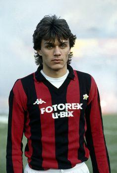 Paolo Maldini a 17 anni Football Drills, Football Icon, Best Football Team, Retro Football, Football Design, World Football, Vintage Football, Football Soccer, Football Shirts