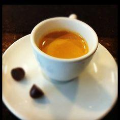 CAFÉ PELO MUNDO! Na Bélgica, o café é servido com um pequeno pedaço de chocolate, que derrete lentamente em contato com o café