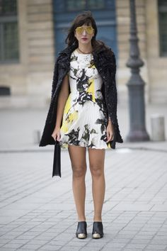 Pin for Later: Das sind die besten Street Style Looks aus Paris, Chérie! Street Style Paris Fashion Week 2016 Monica Almada in einem Kleid von Christopher Kane, Chanel Booties, Sonnenbrille von Mykita und einer Vintage-Tasche von Louis Vuitton.