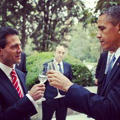 Los presidentes Barack Obama y Enrique Peña Nieto comparten un brindis antes de una cena de trabajo en Los Pinos. Foto: The White House