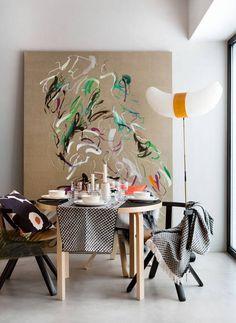 Taustalla oleva taulu on Jukka Rusasen ReOrganize (natural) -teos Helsinki Contemporary -galleriasta. Jalkalamppu on Vitran Akari BB3-33S -valaisin.