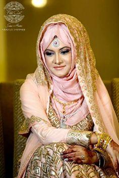 25 Beautiful Bridal Hijab Designs for Wedding – SheIdeas Muslim Wedding Dresses, Muslim Brides, Muslim Dress, Beautiful Muslim Women, Beautiful Hijab, Bridal Hijab Styles, Dupatta Setting, Muslimah Wedding, Pakistani Bridal