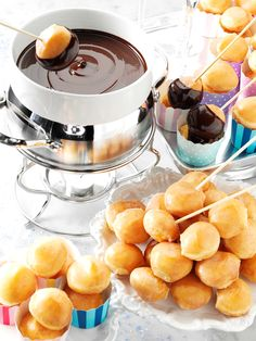 Doughnut Hole Fondue- pick up doughnut holes for your next party and serve with your favorite dip or fondue. Doughnut Hole Fondue- pick up doughnut holes for your next party and serve with your favorite dip or fondue. Dessert Party, Party Desserts, Dessert Recipes, Fondue Raclette, Fondue Party, Fondue Cake, Salsa Dulce, Fondue Recipes, Fondue Ideas
