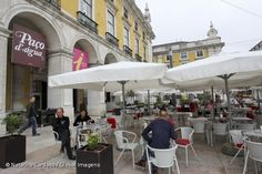 Turistas americanos em Portugal disparam em dormidas e receitas este ano. Portugal está a assistir em 2013 a um aumento de 19,9% nas dormidas de turistas norte-americanos em Portugal, acompanhado de uma subida de 28,9% nas receitas, fazendo dos EUA o quinto maior mercado turístico.