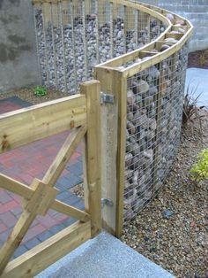 Breathtaking 54 DIY Fence Garden Design with wood pallets https://toparchitecture.net/2017/12/11/54-diy-fence-garden-design-wood-pallets/ #DIYHomeDecor