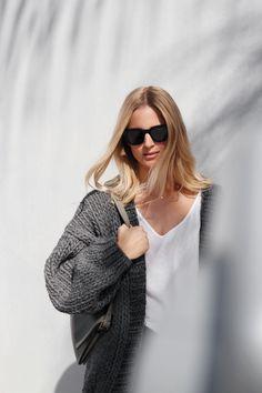 I Love Mr Mittens cardigan & Céline sunglasses. Via Mija Casual Outfits, Fashion Outfits, Womens Fashion, Casual Clothes, I Love Mr Mittens, Thick Sweaters, Models Off Duty, Sweater Cardigan, Knitwear