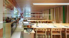 Delante de cada mesa, un Gueridon o mesa auxiliar, donde rematar algunos platos a cara de cliente.