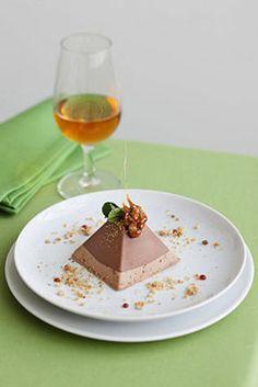 Piramide al cioccolato Una golosa mousse al cioccolato con un cuore di croccante alle nocciole