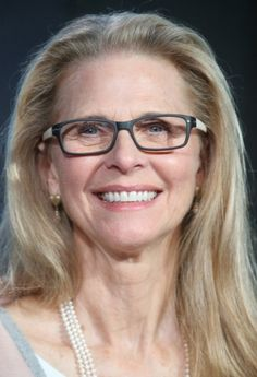 Lindsay Wagner (Bionic Woman) still looks amazing and her wisdom is worth 6 million! Sexy Older Women, Classy Women, Beautiful Celebrities, Beautiful Women, Beauty Over 40, Bionic Woman, Actrices Hollywood, Celebrity Couples, Favorite Tv Shows